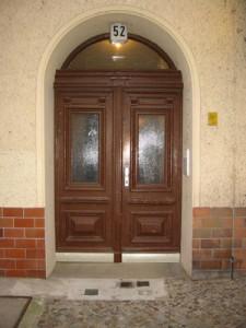 aufgearbeitete-Hauseingangstuer-nach-Reparatur