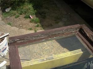 altes-Fenster-vor-der-Reparatur-Wassernase-Formstueck